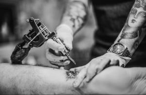 Nueva tinta permite hacer tatuajes permanentes, en forma temporal