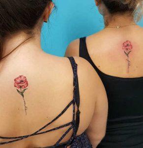 Brillante tatuador revela los tatuajes más coloridos y vintage