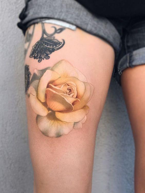tatuajes rosas amarillas 10 45 Asombrosos Diseños de Tatuajes de Rosas Amarillas que Necesitas Ver