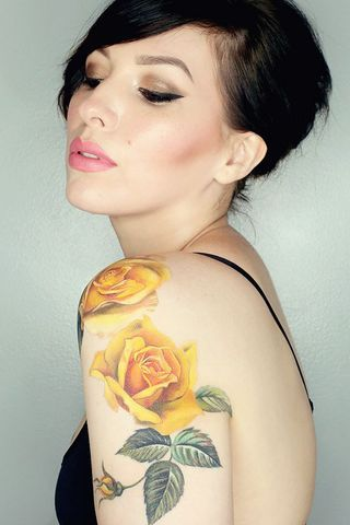 tatuajes rosas amarillas 15 45 Asombrosos Diseños de Tatuajes de Rosas Amarillas que Necesitas Ver