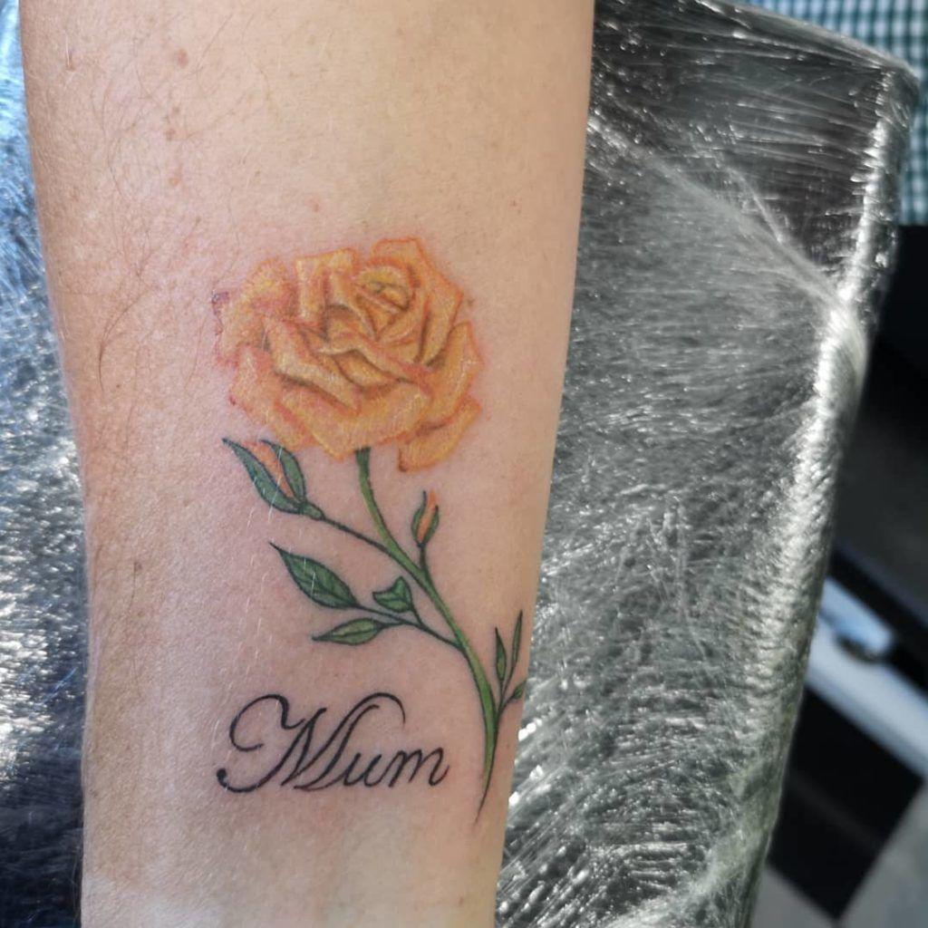 tatuajes rosas amarillas 9 45 Asombrosos Diseños de Tatuajes de Rosas Amarillas que Necesitas Ver